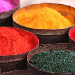 potes de corantes de variadas cores, como: verde, laranja, vermelho, amarelo e rosa