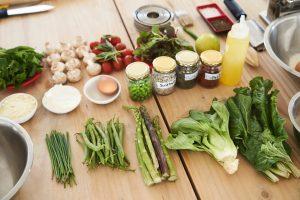 Vários ingredientes diferentes como hortaliças, representando os vários ingredientes de um produto alimentício.