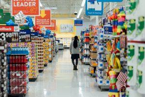 pessoa andando pelo supermercado com várias opções de produtos alimentícios.