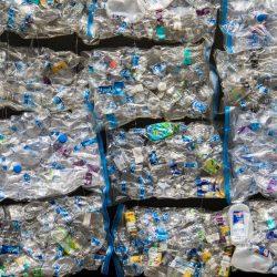 garrafas de plástico recicláveis - resíduos da produção